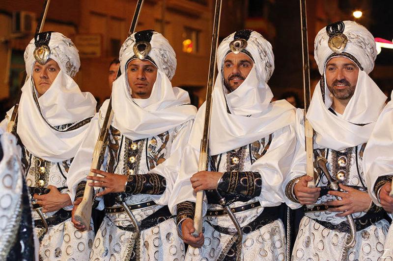 традиционный народный праздник в испании в регионе Валенсии - Марвы и Христиане